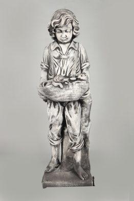 Tuinbeeld Jongen met poezen Beton Tuinbeelden